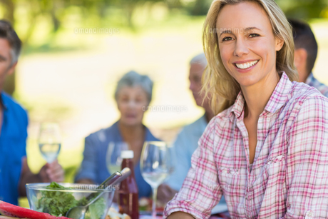 Pretty blonde woman smiling at camera during a picnicの写真素材 [FYI00007278]