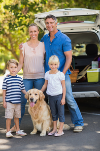 Happy family with their dog in the parkの写真素材 [FYI00007299]