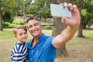 Happy father taking a selfie with his sonの写真素材 [FYI00007305]