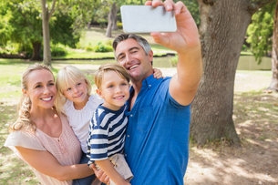 Happy family taking a selfie in the parkの写真素材 [FYI00007306]