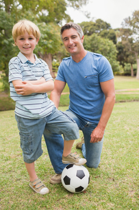Happy father with his son at the parkの写真素材 [FYI00007314]