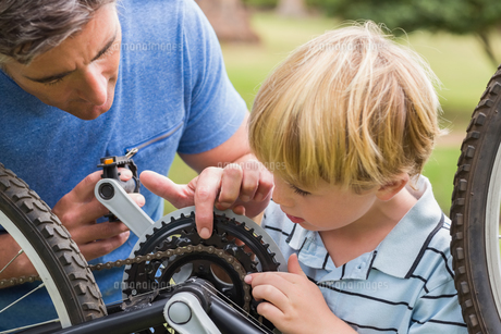 Father and his son fixing a bikeの写真素材 [FYI00007321]