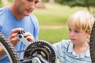 Father and his son fixing a bikeの写真素材 [FYI00007325]