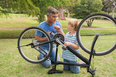 Father and his son fixing a bikeの写真素材 [FYI00007331]