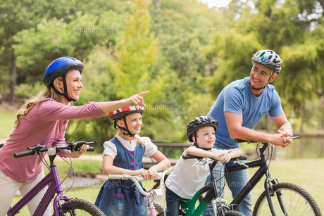 Happy family on their bike at the parkの写真素材 [FYI00007336]