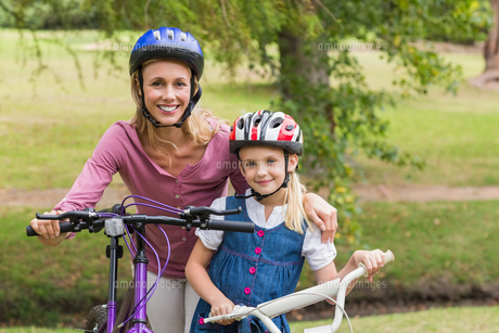 Mother and her daughter on their bikeの写真素材 [FYI00007343]