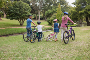 Family on their bike at the parkの写真素材 [FYI00007344]