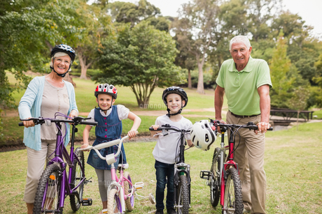 Happy grandparents with their grandchildren on their bikeの写真素材 [FYI00007351]
