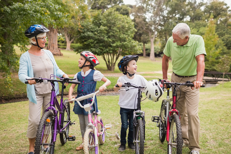 Happy grandparents with their grandchildren on their bikeの写真素材 [FYI00007355]