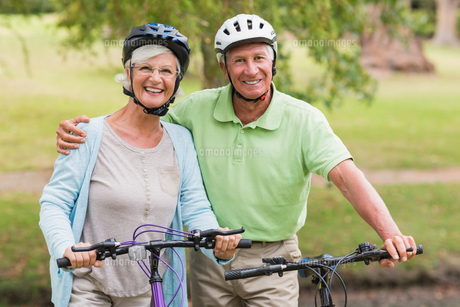 Happy senior couple on their bikeの写真素材 [FYI00007365]