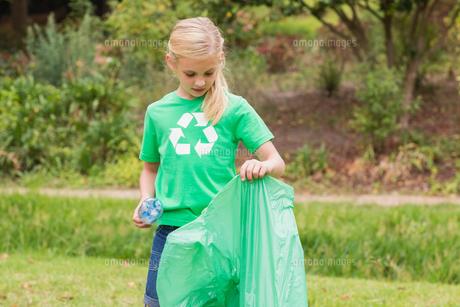 Happy little girl collecting rubbishの素材 [FYI00007379]