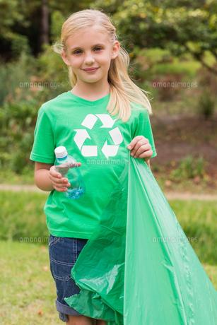 Happy little girl collecting rubbishの素材 [FYI00007384]
