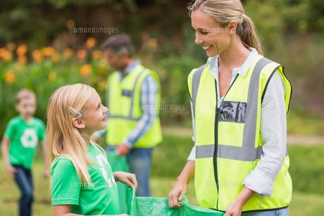 Happy family collecting rubbishの素材 [FYI00007388]