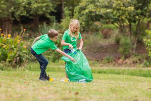 Happy siblings collecting rubbishの素材 [FYI00007389]