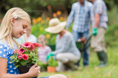Young girl sitting with flower potの写真素材 [FYI00007391]
