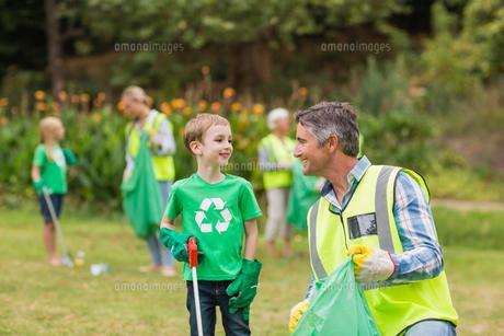 Happy family collecting rubbishの素材 [FYI00007395]