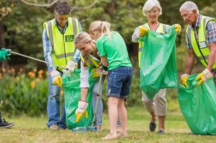Happy family collecting rubbishの素材 [FYI00007402]