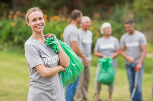 Happy volunteer collecting rubbishの素材 [FYI00007404]