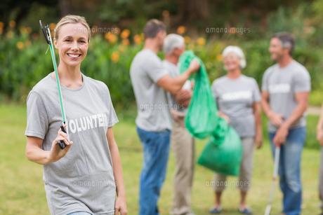 Happy volunteer collecting rubbishの素材 [FYI00007406]