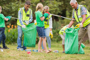 Happy family collecting rubbishの素材 [FYI00007408]