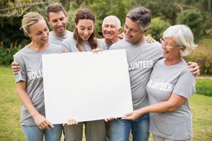 Happy volunteer family holding a blankの素材 [FYI00007412]