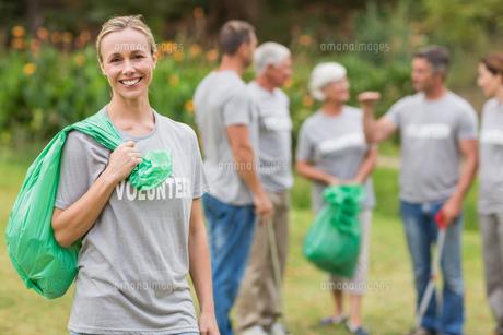 Happy volunteer collecting rubbishの素材 [FYI00007417]