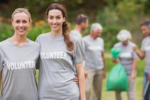 Happy volunteer collecting rubbishの素材 [FYI00007418]