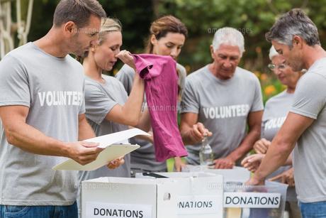 Happy volunteer looking at donation boxの素材 [FYI00007423]