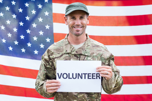American soldier holding recruitment signの写真素材 [FYI00007454]