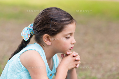 Little girl saying his prayersの素材 [FYI00007462]