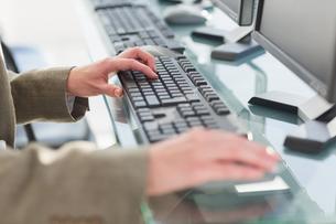 businesswoman using computersの写真素材 [FYI00007469]