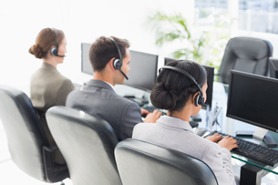 Business people with headsets using computersの写真素材 [FYI00007472]