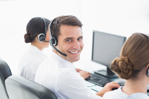 Business people with headsets using computersの写真素材 [FYI00007480]