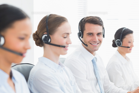 Business people with headsets using computersの写真素材 [FYI00007489]