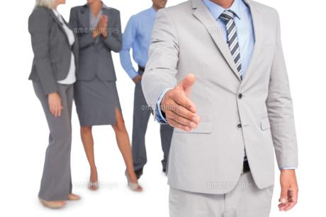 businessman offering handshakeの素材 [FYI00007537]