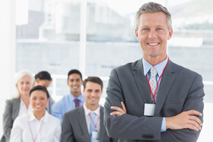 Business people looking at camera with arms crossedの素材 [FYI00007541]
