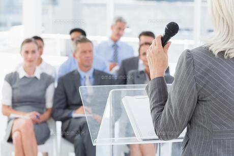 Businesswoman doing speech during meetingの写真素材 [FYI00007544]