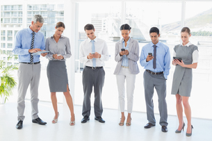 Business people using their phoneの写真素材 [FYI00007550]