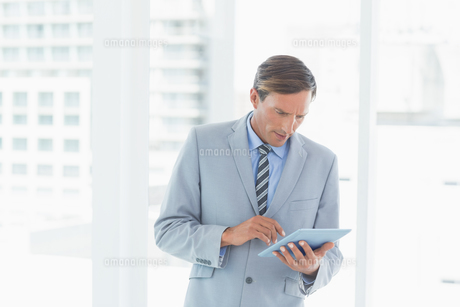 Concentrate businessman using tablet pcの素材 [FYI00007552]