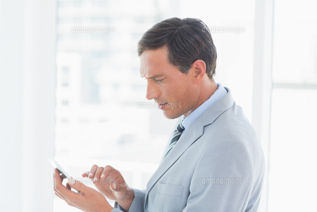 Concentrate businessman using tablet pcの写真素材 [FYI00007555]