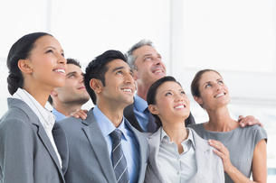 Business people looking up in officeの写真素材 [FYI00007571]