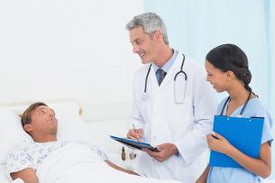 Doctor explaining report to patientの写真素材 [FYI00007601]