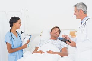 Doctor explaining report to patientの写真素材 [FYI00007604]