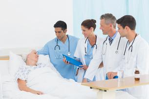 Doctor explaining report to female patientの写真素材 [FYI00007619]