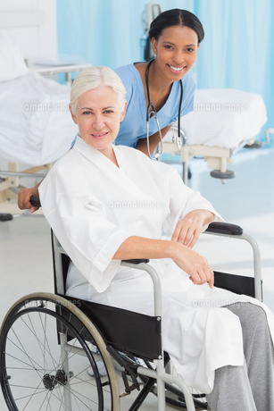 doctors and patient in wheelchairの素材 [FYI00007628]