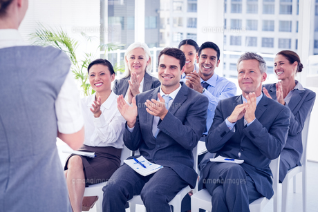 Business people applauding during meetingの写真素材 [FYI00007645]