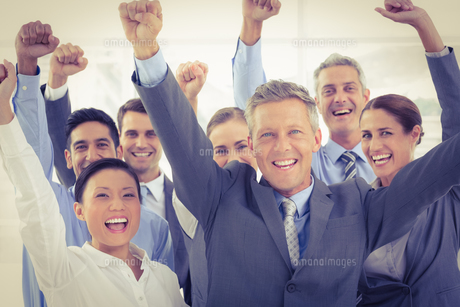 Business people cheering in officeの写真素材 [FYI00007646]