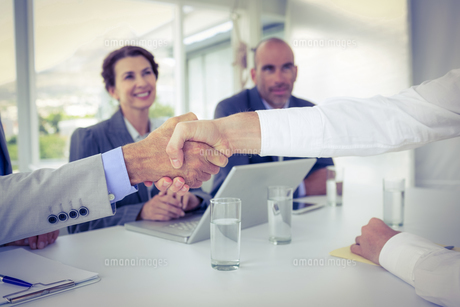 Business people shaking hands at interviewの写真素材 [FYI00007669]