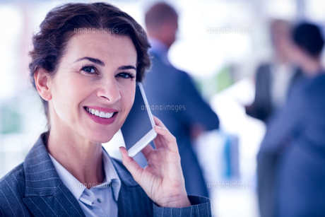 Businesswoman on a phone callの写真素材 [FYI00007670]