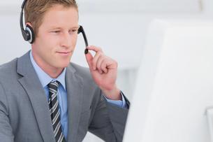 Handsome agent wearing headsetの写真素材 [FYI00007677]